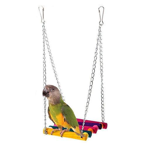 Balanço de madeira e brinquedos para aves.