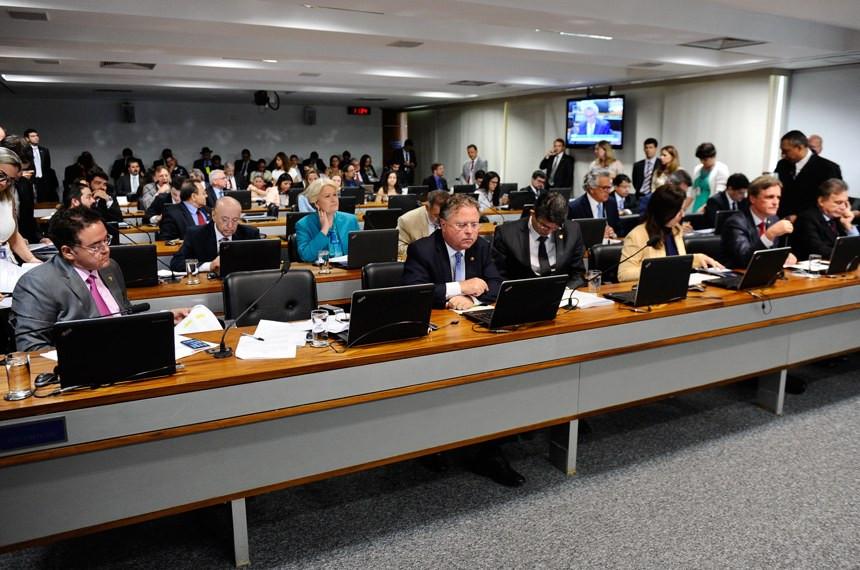 Comissão do Senado aprova fim da reeleição para cargos no Executivo