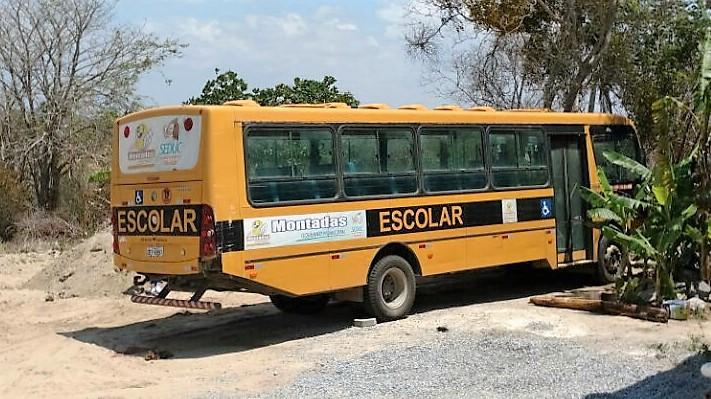 Ônibus Escolar de Montadas está abandonado a mais de 03 meses em Lagoa de Dentro/BR-230