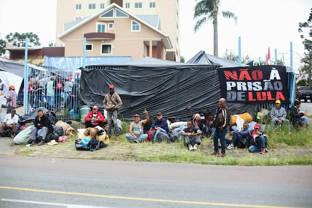 Desembargador acaba com vigília do 'Lula Livre' e aplica multa diária de R$ 500 mil em caso de descumprimento