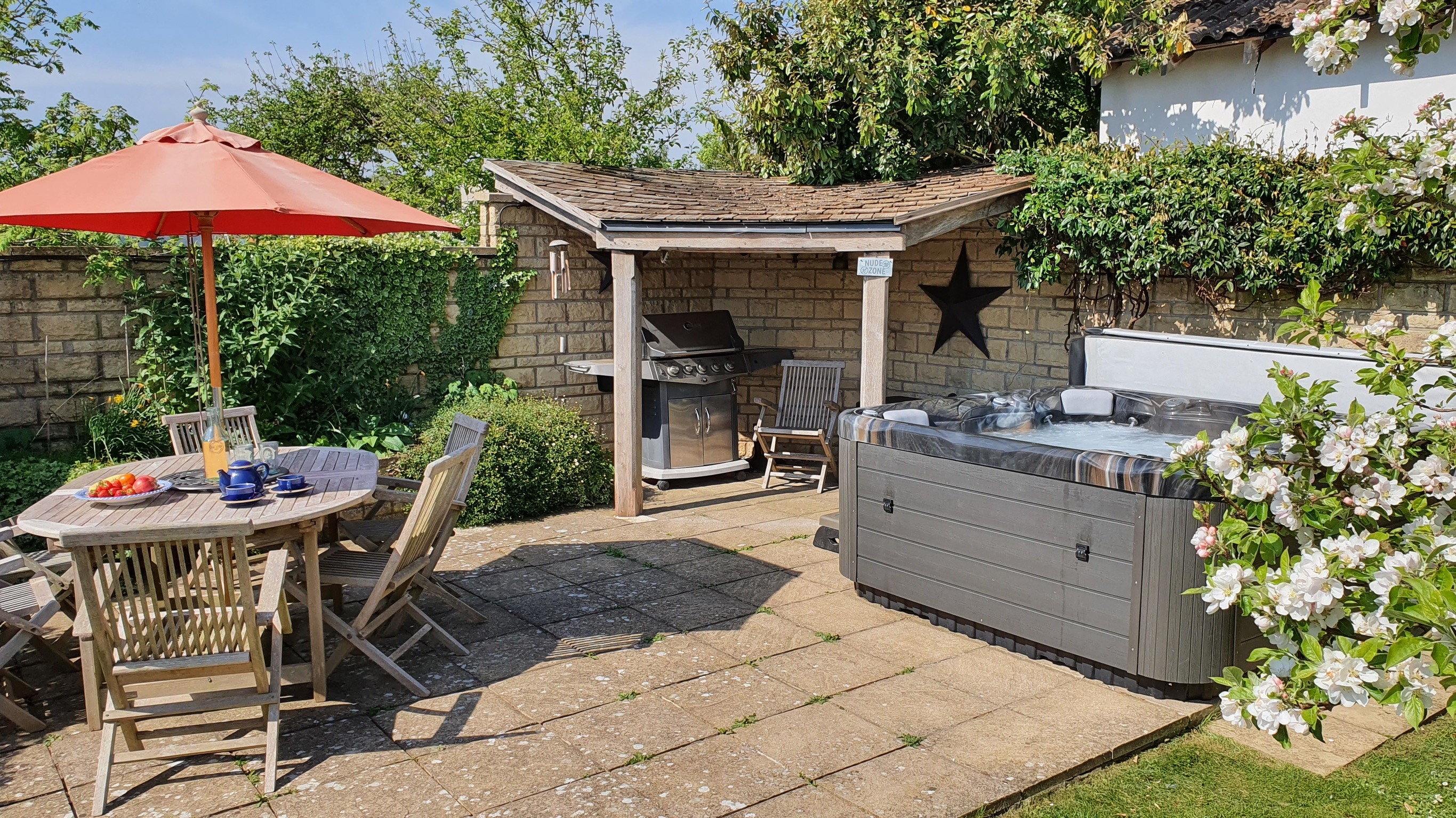 Outdoor dining area, barbecue and hot tub