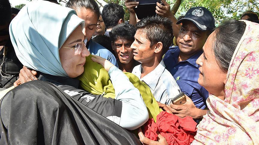 Emine Erdoğan Rohingyalı mültecileri sığındıkları kampta ziyaret ederken