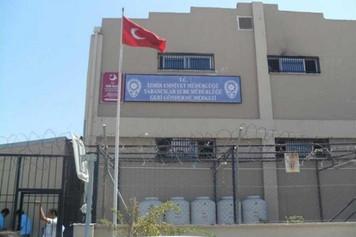 İzmir Harmandalı Geri Gönderme Merkezinde 8 mülteci avukatı 2 saat kilitli tutuldu