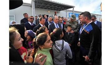 Suriyeli mülteci çocuklara uyum seti dağıtıldı