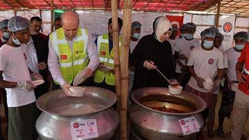 Turkish minister visits Rohingya refugees in Bangladesh camps