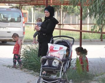 Suriyeli kadın mülteci Adana'da üç küçük çocuğuyla sokakta kaldı