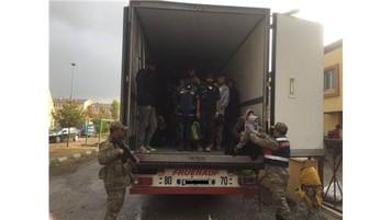 Vicdansız insan kaçakçıları aralarında bebeklerin de olduğu 171 mülteciyi bir tırın kapalı dorsesind