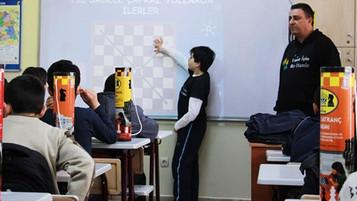 10 yaşındaki minik Alp Suriyeli mülteci çocukları satrançla tanıştırdı