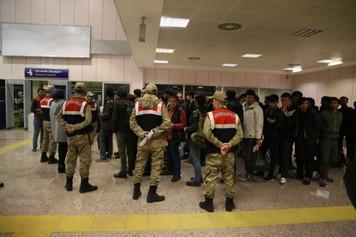 """İstanbul'da yaşayan on binlerce """"kayıtsız"""" göçmen sınır dışı ediliyor iddiası"""