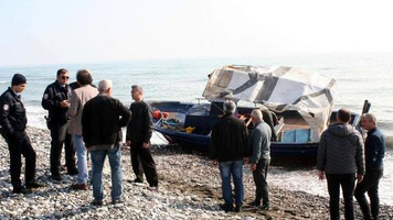 Mersin'de mülteci taşıyan tekne sahile vurdu