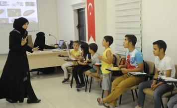 Suriyeli mülteci öğretmen Türk çocuklara Arapça öğretiyor