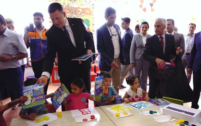 Prime Minister Jüri Ratas handing out Estonian coloring books to children at Nizip refugee camp in Gaziantep Province, Turkey
