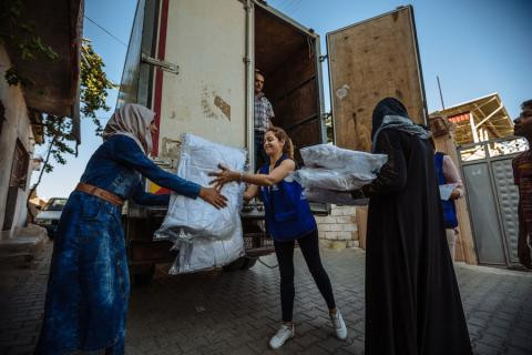 IOM colleagues conduct a non-food items (NFI) distribution to Syrian refugee households in Hatay