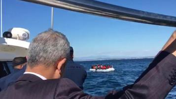 Kaymakam denizde denetim yaparken mülteci botuyla karşılaştı