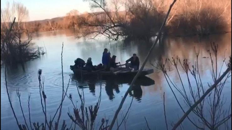 Meriç Nehri'ni geçmeye çalışan bir grup mülteci