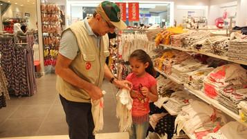 Hatay'da Suriyeli yetimlere giyim yardımı yapıldı