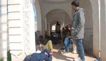 Cami inşaatına sığınan mülteciler yaşam mücadelesi veriyor