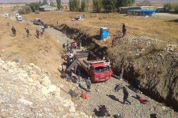 Yüksekova'da mülteci kamyoneti devrildi: 66 yaralı