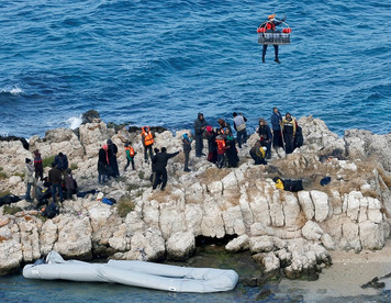 Stranded migrants rescued from rocks off Turkey in dramatic operation