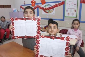Suriyeli minikler vatanlarından uzakta karne sevinci yaşadılar