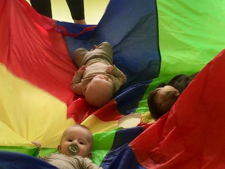 De sødeste babyer, som har det sjovt til Tumlastik