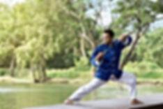 Hombre en Azul práctica de Kung Fu