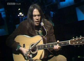 """Neil Young: revisitando a impressionante atuação da canção """"Old Man"""" na TV em 1971"""
