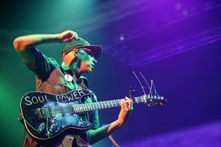 """Tom Morello: """"a ferramenta essencial para qualquer guitarrista é a apresentação ao vivo"""""""