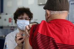 Niterói acelera calendário da dose de reforço em profissionais da Saúde