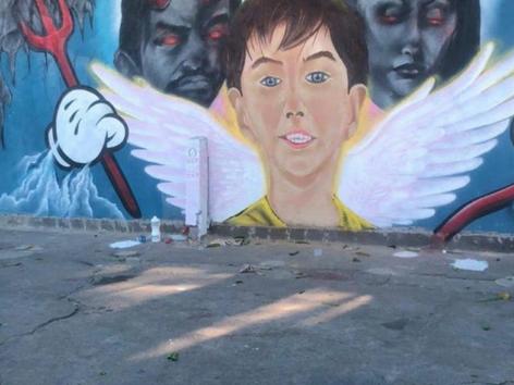 Mural homenageia o anjinho Henry assassinado por dois demônios