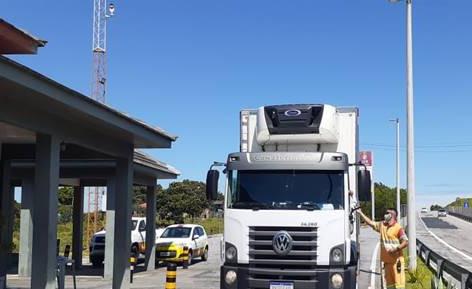 Caminhoneiros recebem kits de higiene na ViaLagos