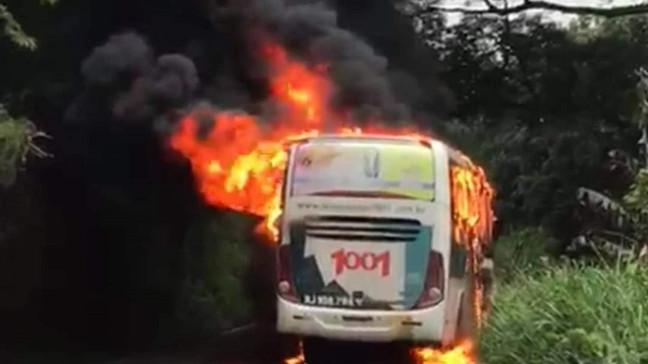 Ônibus e carro de passeio batem de frente na RJ-106