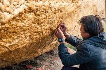 Przyklejanie płatków złota Kyaiktiyo, Birma