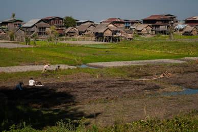 Wioska położona przy brzegu jeziora Inle