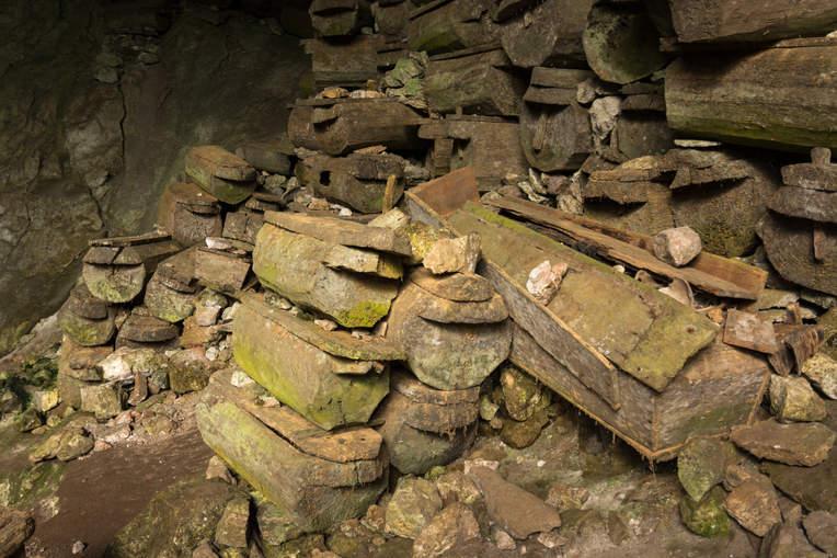 Trumny w jaskini Lumiang Burial Cave