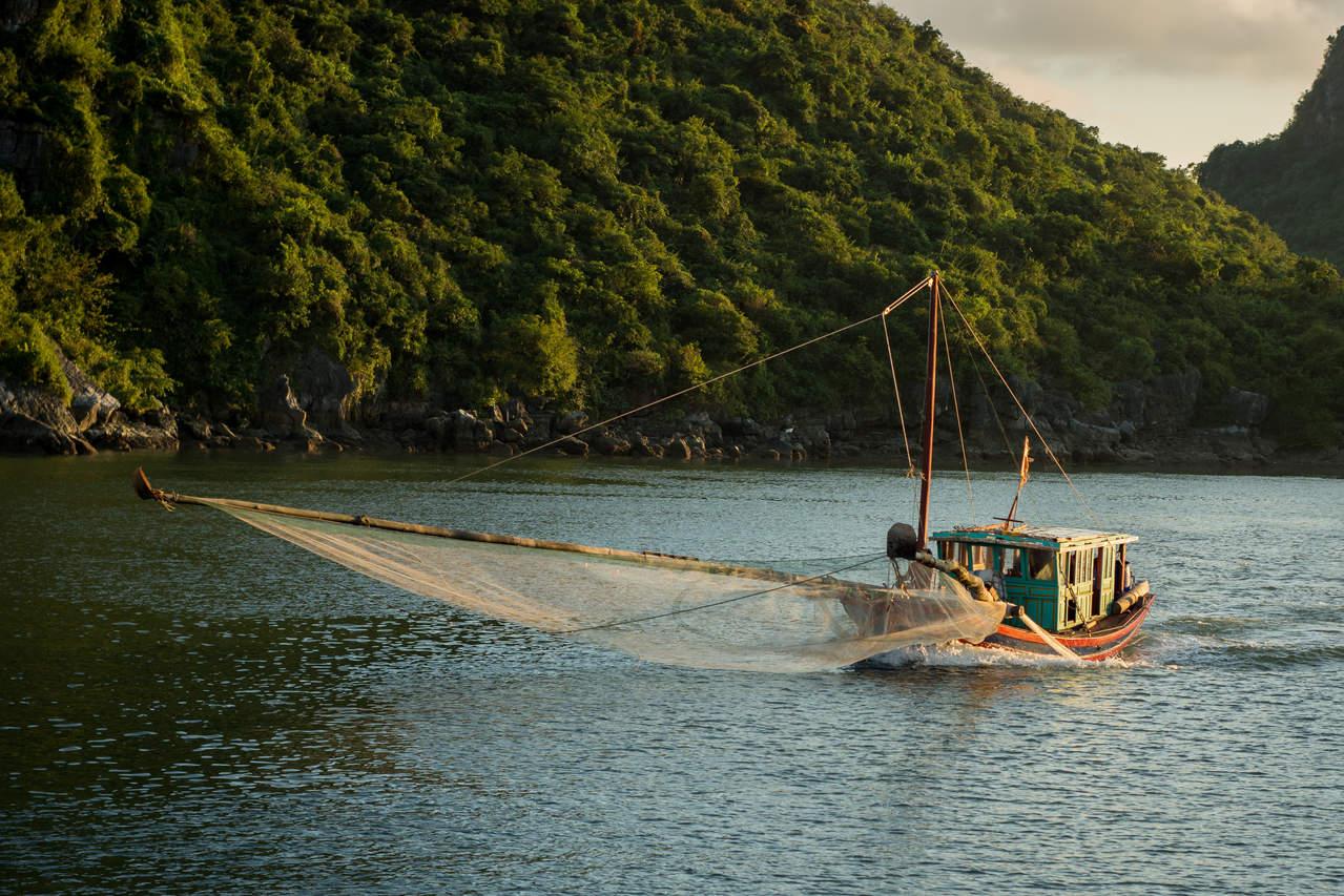 Kuter w zatoce Ha Long