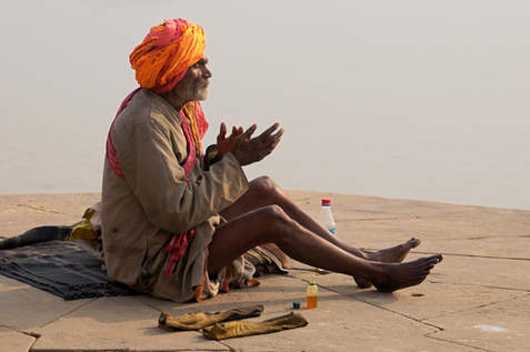 Sadhu podczas modlitwy, Waranasi