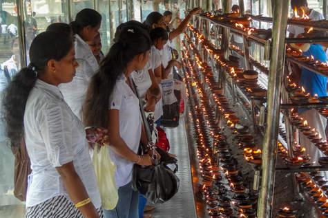W świątyni, Kandy