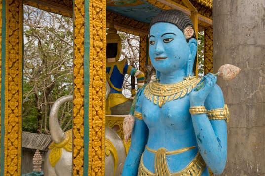 Posąg w kapliczce na wzgórzu Phnom Pros