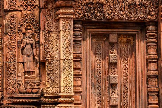 Płaskorzeźby na murach Banteay Srei