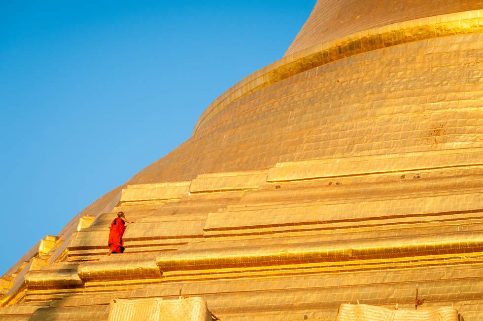 Mnich wspinający się na Shwedagon Pagoda, Rangun