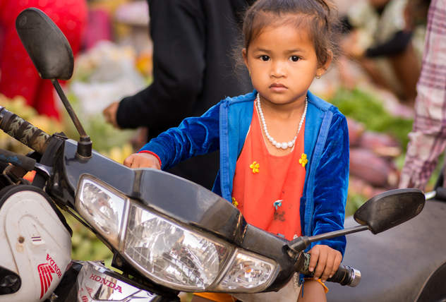 Dziewczynka na motorze, Kratie, Kambodża