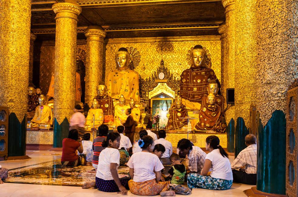 Pielgrzymi w Shwedagon, Yangon