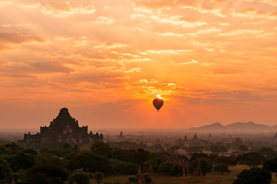 Wschód słońca nad równiną Bagan, Myanmar