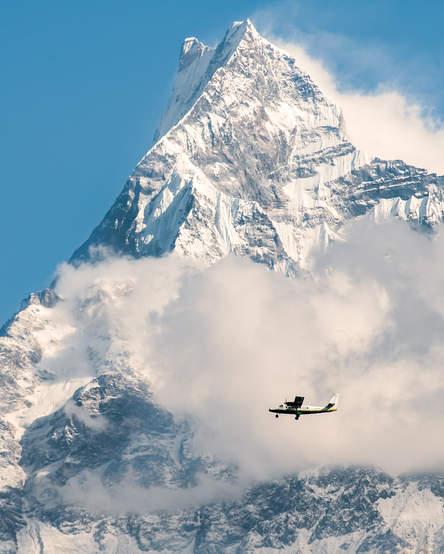 Samolot na tle Machhapuchhare
