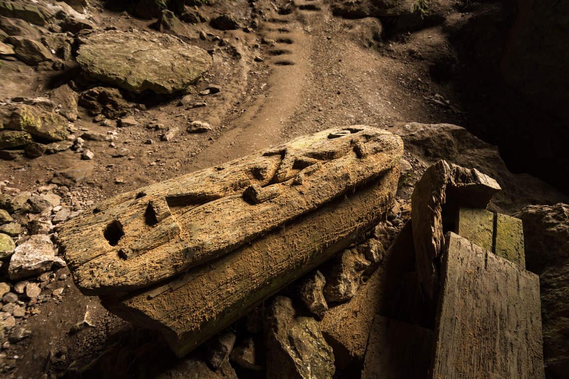 Trumna w jaskini Lumiang Burial Cave