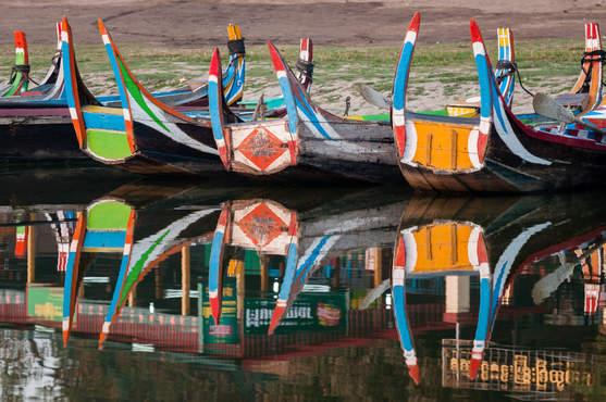 Łodzie nia jeziorze Taungthaman, Amarapura, Birma