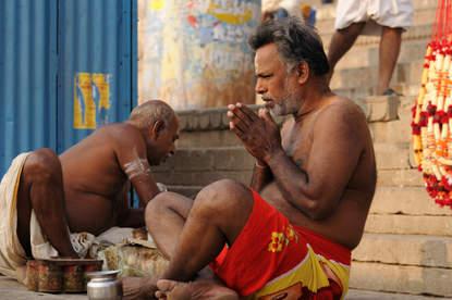 Modlący się hindus w Waranasi