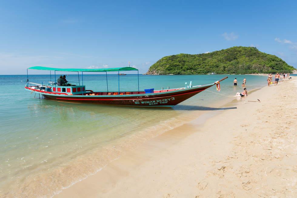 Łódź na plaży na wyspie Koh Pha Ngan