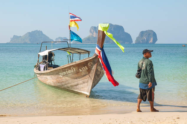 Łódź na plaży Railay, Tajlandia